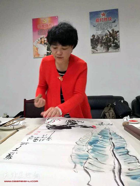 刘艾珍在工作中。