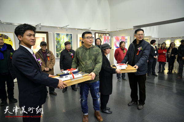天津美协副秘书长潘津生、韩国美捷乐中国大区总经理李德林为金奖获得者颁奖。