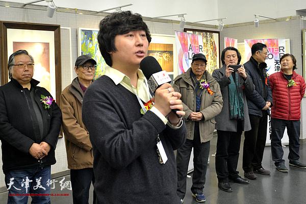 天津柯雅美术材料有限公司经理秦诗棋祝贺画展开幕。