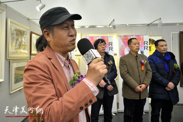 天津美协水彩画专委会副会长王刚主持开幕仪式