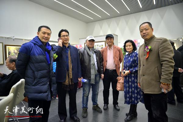 左起:单虹、滑寒冰、朱志刚、王刚、田同芬、杨毅柳在画展现场。