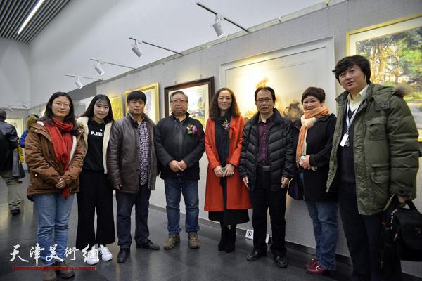 石增琇、庞恩昌、王海涛、陶香莲、秦诗棋、臧杰在画展现场。