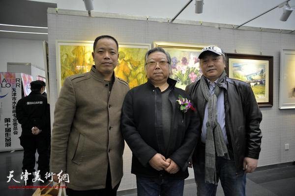 左起:杨毅柳、石增琇、朱志刚在画展现场。