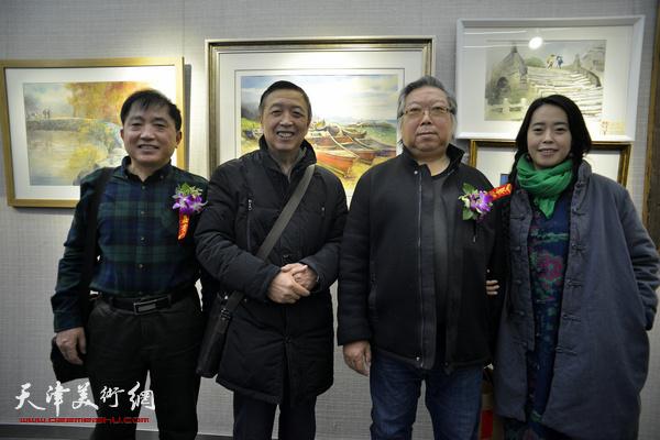 左起:王文元、赵军、石增琇、柳绪蕊在画展现场。
