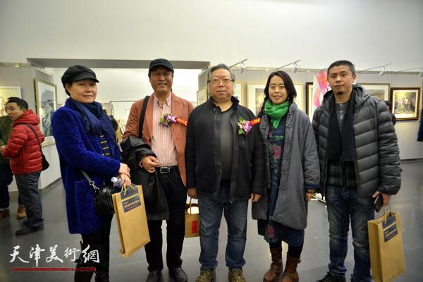 左起:谢红、王刚、石增琇、柳绪蕊、胡璟辉在画展现场。