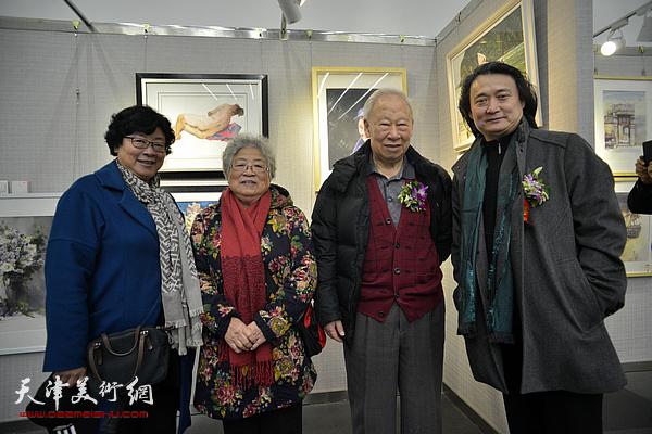 李家旭、薛义在画展现场。