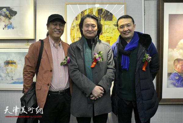 左起:王刚、薛义、单虹在画展现场。