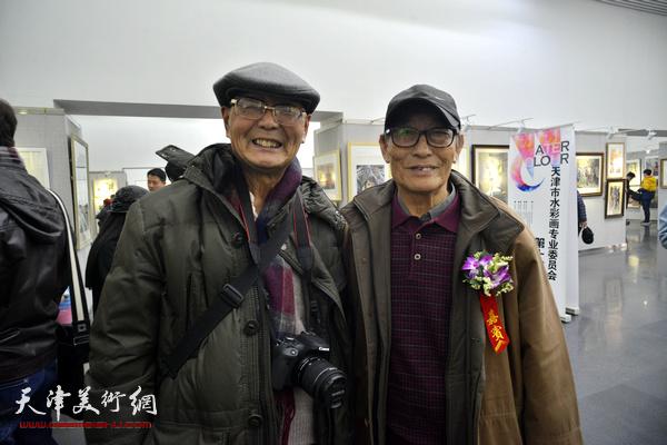 古聿俊与来宾在画展现场。