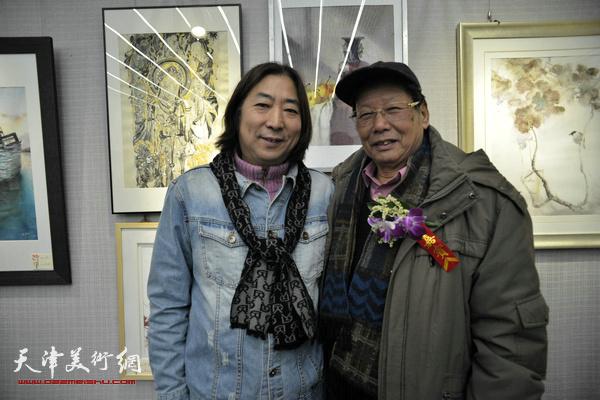 韩炳耀与杨亦谦在画展现场。