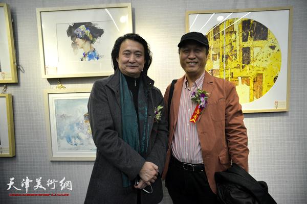 薛义、王刚在画展现场。