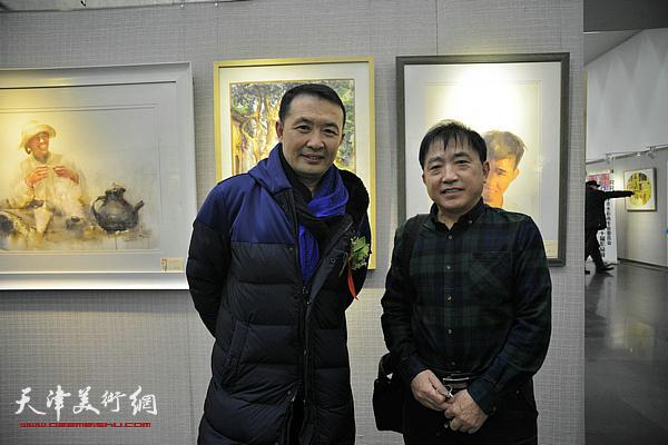 王文元、单虹在画展现场。