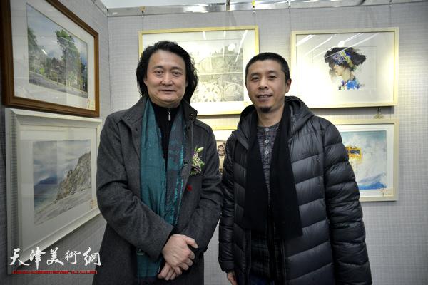 薛义、胡璟辉在画展现场。