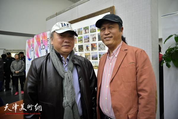 """""""津门二刚""""朱志刚、王刚在画展现场。"""