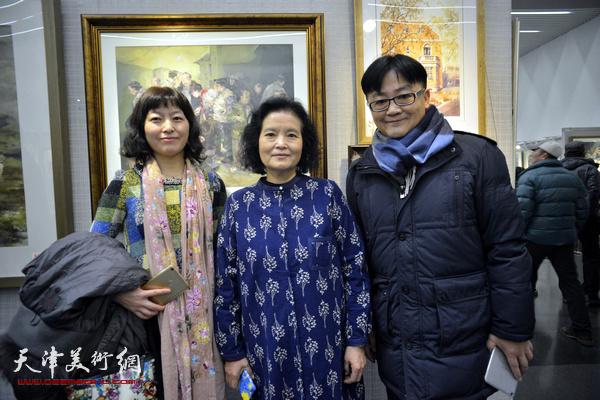 田同芬、霍洪天、王睿瑞在画展现场。