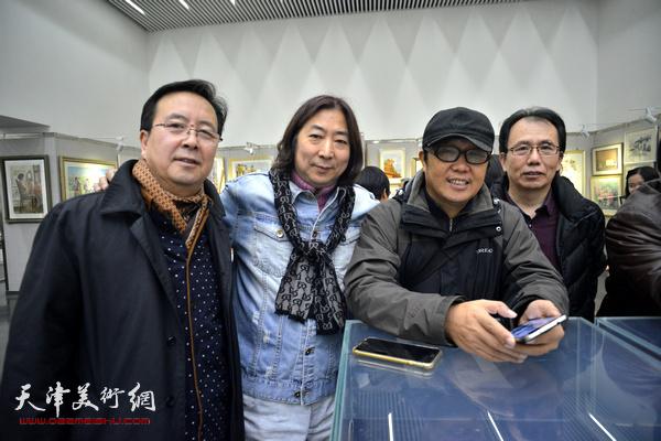 杨亦谦与来宾在画展现场。