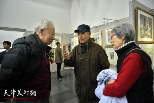 李家旭与来宾在画展现场交谈。