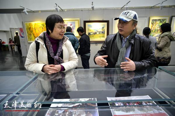 朱志刚与来宾在画展现场交谈。