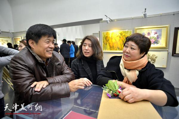 王海涛、臧杰在画展现场交谈。