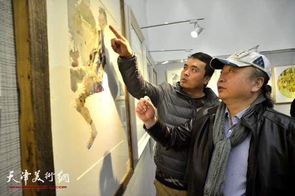 朱志刚在观赏展出的作品。