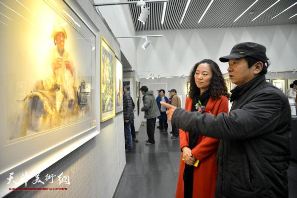 高维星、陶香莲在观赏展出的作品。