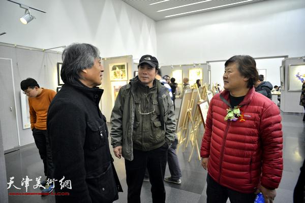 姜中立、杨俊甫在画展现场交谈。