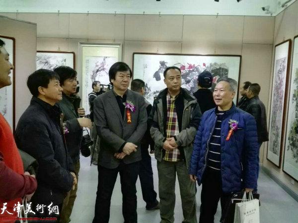 史振岭、刘传光等在画展现场。