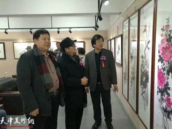 史振岭、赵士英等在观赏展出的作品。
