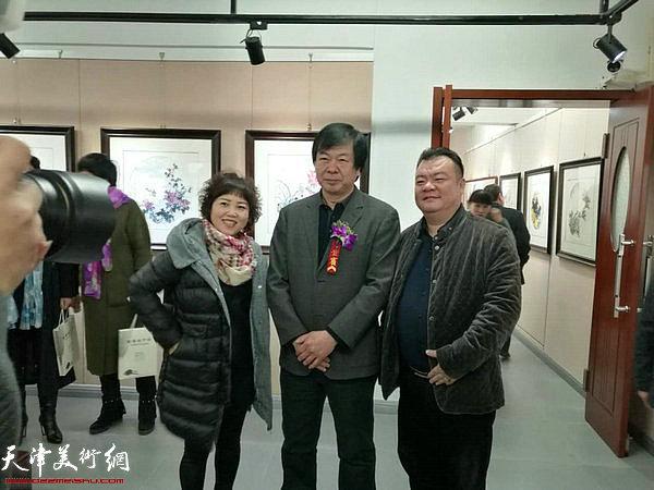 史振岭与来宾在画展现场。