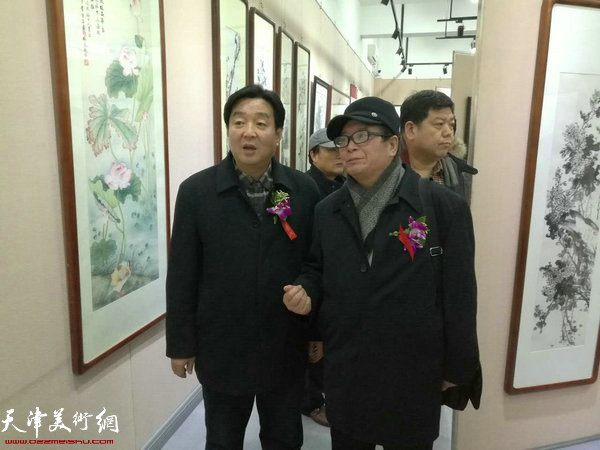 陈伟明、赵士英在画展现场。