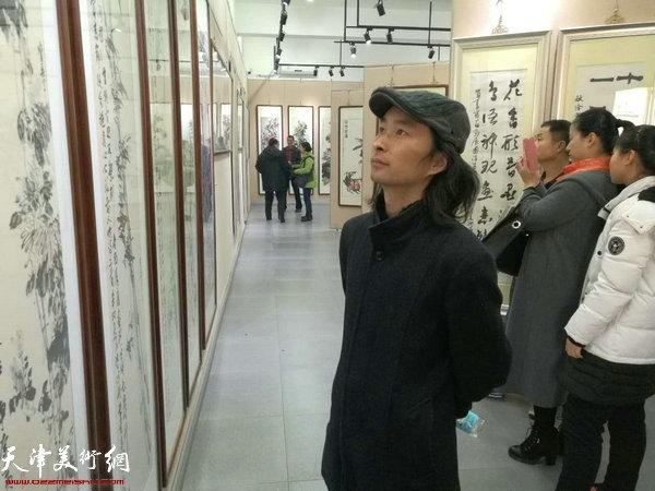 安士胜在画展现场。