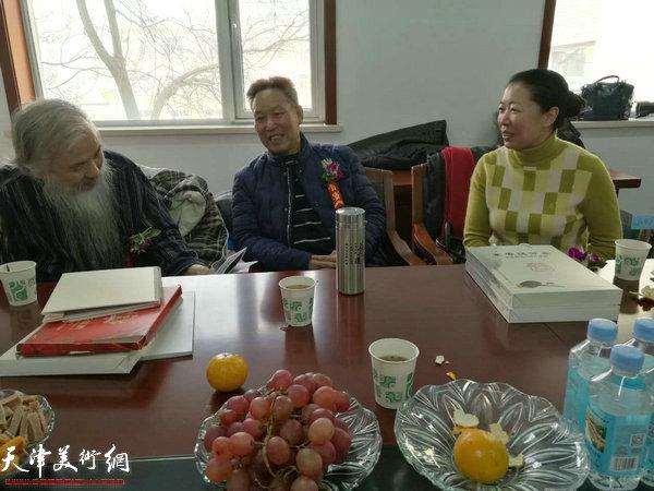 刘传光、余澍梅在画展现场。