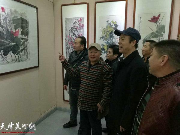 李宝春花鸟画作品展现场。
