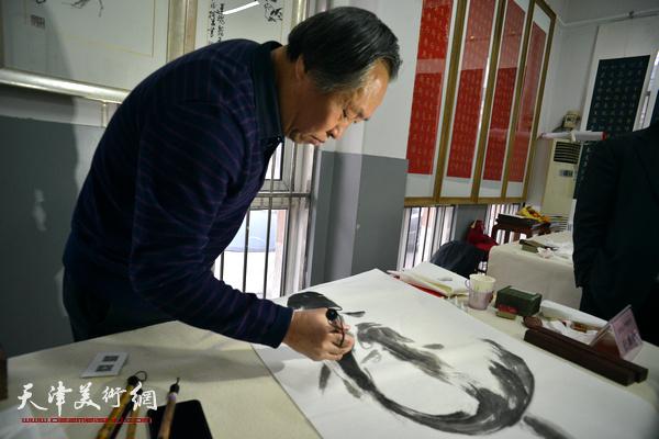 刘国胜画鱼。