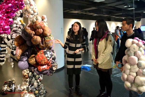 周玉媛向同学们介绍自己的作品。