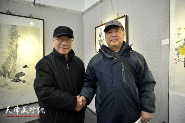 庞黎明、李春来在画展现场。