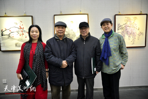 左起:田秀云、王大奇、庞黎明、武颖萍在画展现场。