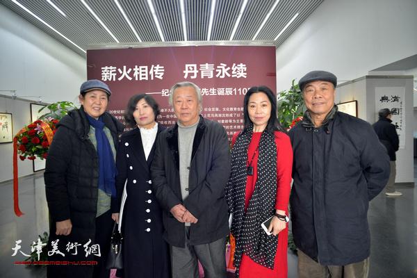 阮克敏与王大奇、武颖萍、田秀云在画展现场。