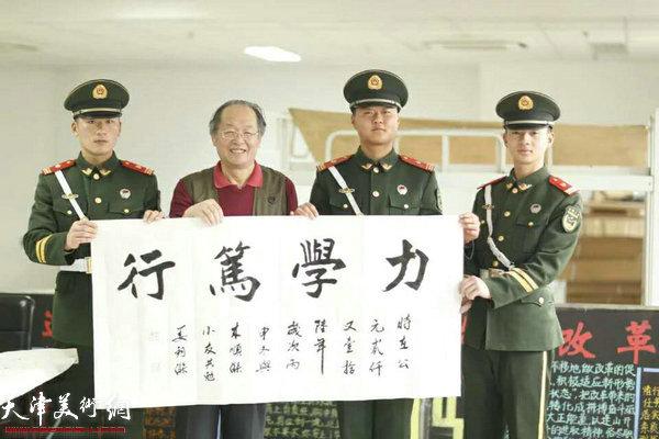 天津书法家姜钧杰与国旗护卫队战士在一起。