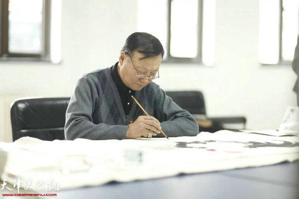 王士生在作画。