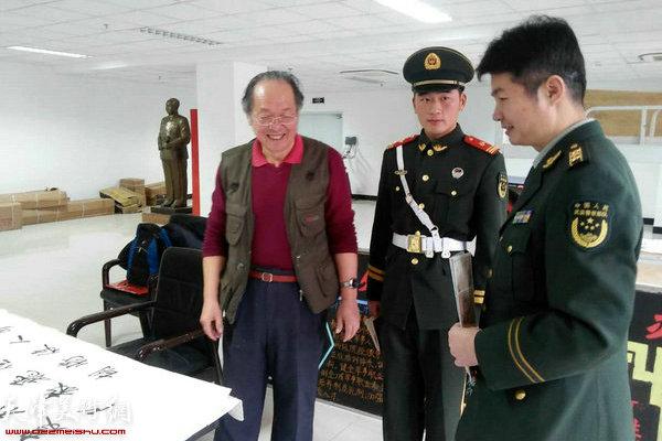 姜钧杰与国旗护卫队战士交流。