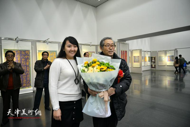 祝贺画展开幕,向高振恒献花。