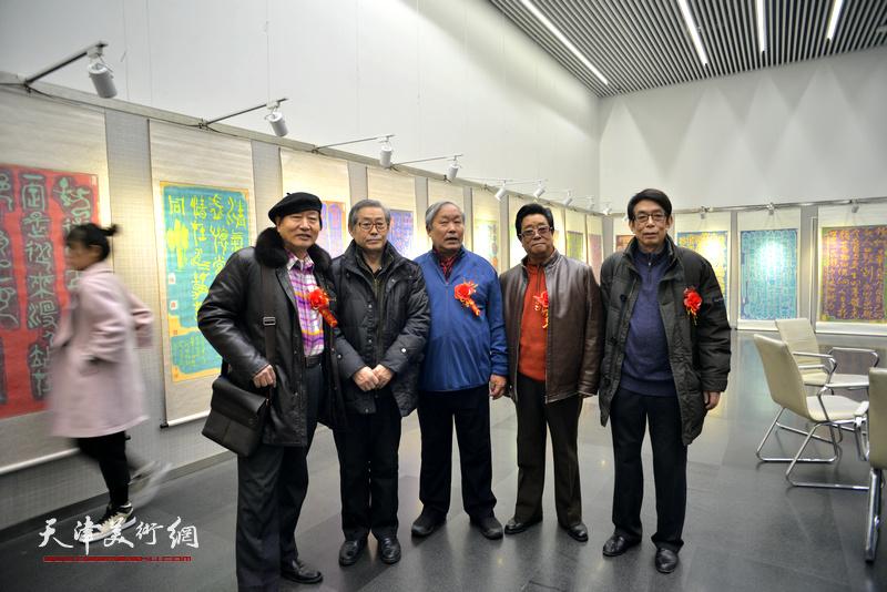高振恒、唐云来、曲学真、刘家城、张德智在画展现场。