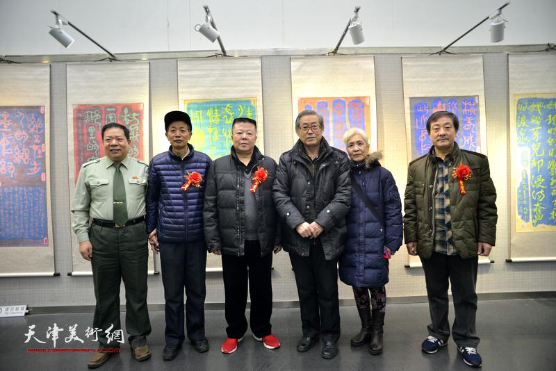 左起:毛振刚、赵同相、潘晓欧、高振恒与夫人、王宝响在画展现场。