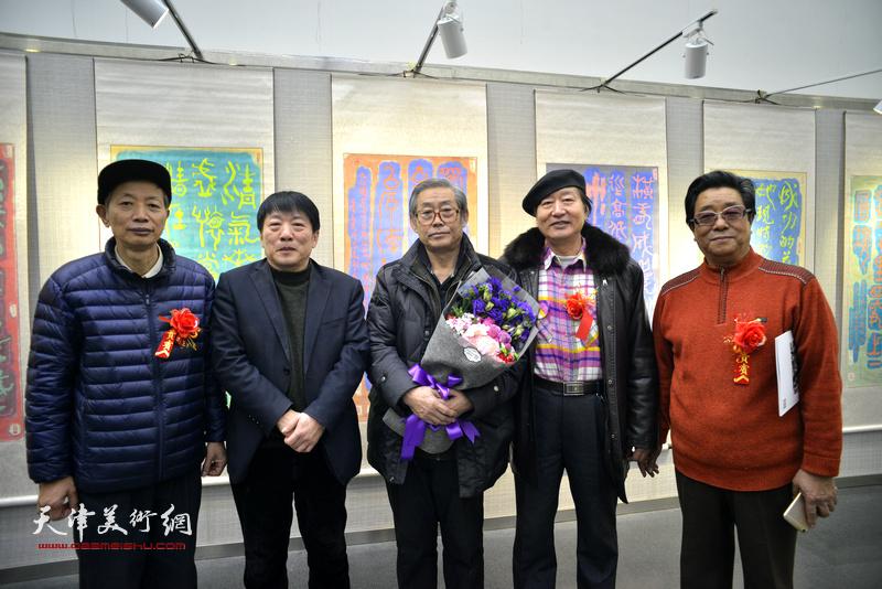 左起:赵同相、高原春、高振恒、刘家城、曲学真在画展现场。