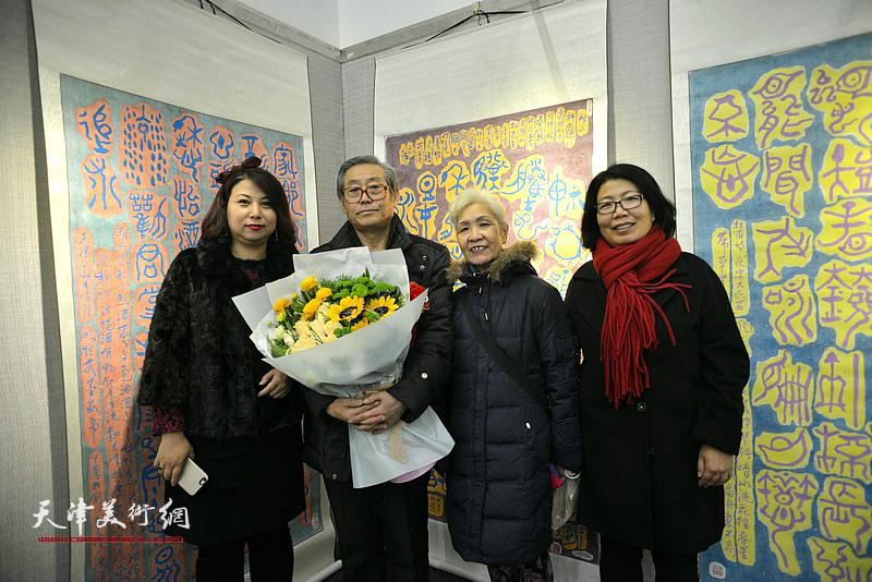高振恒与夫人、张丽、在画展现场。