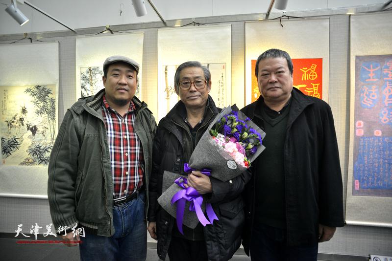高振恒、马孟杰、李学龙在画展现场。