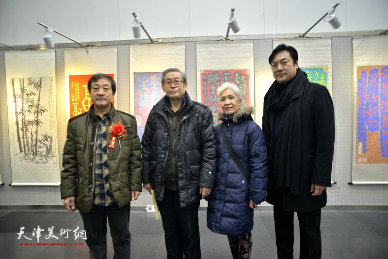 高振恒与夫人、王宝响、李云飞在画展现场。