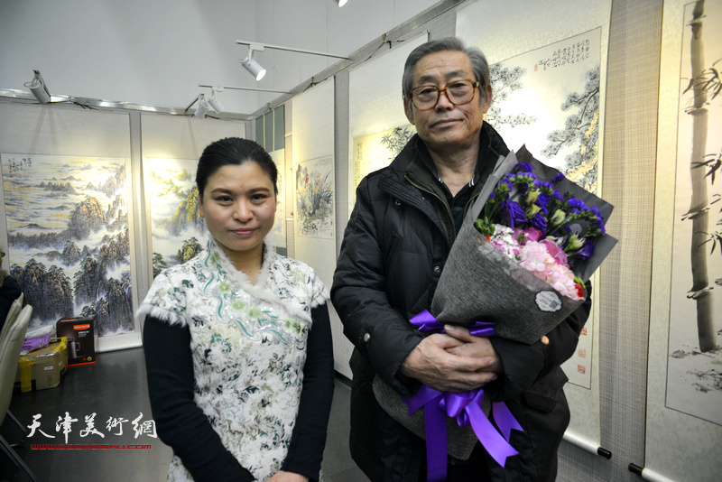 高振恒、张荔萍在画展现场。