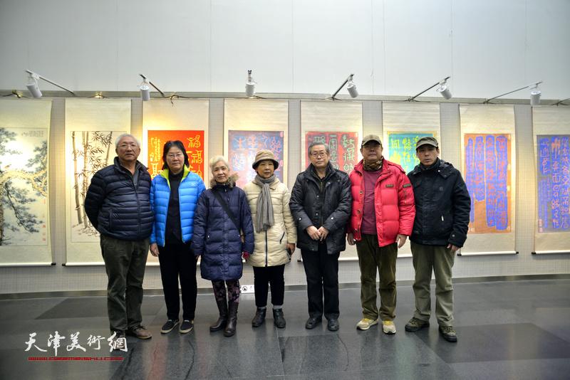 高振恒与来宾在画展现场。