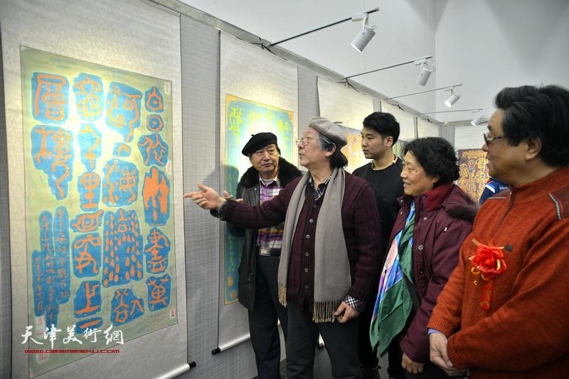 王山岭、袁桂兰、曲学真、刘家城等观赏展出的作品。